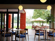 景色抜群のレストラン。床から天井まで全面ガラス張り。