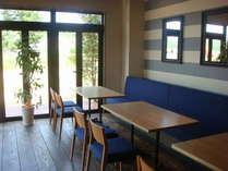 爽やかなブルーが印象的なレストラン