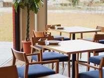 木目×ブルーが印象的なレストラン