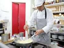 カウンターの向こうでは、てきぱきと料理を作るシェフの姿が垣間見られる