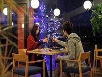 レストランはロマンチックなムードでいっぱい