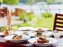 離湖を臨むテラス席で味わう食事は格別♪地元でとれた山海の幸をイタリアンスタイルで召し上がれ