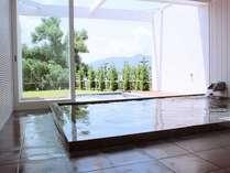 離湖を臨む開放的はSPAは、美人の湯を湛える癒しの空間。女性はローブ着用で入浴を