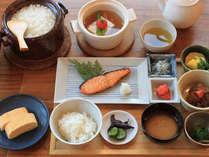 朝食★和食一例。土鍋で炊いた丹後コシヒカリは、艶々でモッチモチ。いくらでも食べられそう