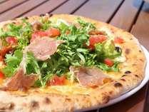 【薪窯焼ピッツァ】こんがり焼きたてピッツァは美味しさ抜群!