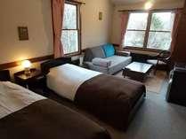 窓からは車山の景観をお楽しみ頂けます。アイランドソファーにローテーブルちょっと広めのお部屋です。