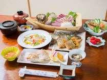 *お夕食一例/近海で水揚げされた新鮮な海の幸を中心とした会席料理が食卓を彩ります。