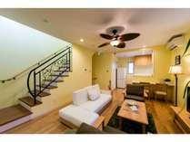 リビングルームは2階に御座います。キッチンとは隣り合わせで開放感のある作りとなっております。