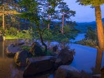 桧原湖を目の前に臨む絶景露天風呂