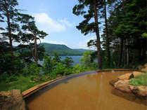 桧原湖を眼下に望む絶景露天温泉(男湯)。湯船から桧原湖を見渡せる風光明媚な湯として人気。