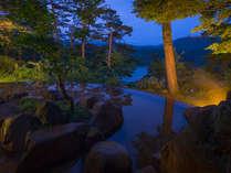 桧原湖を眼下に望む絶景露天温泉。源泉掛け流しの美肌の湯に浸かりながら至福のひとときを。