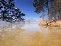 エリア唯一の自噴源泉かけ流しの温泉は、美容成分を豊富に含む「美肌の湯」。絶景雪見露天も♪