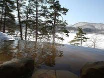 四季折々の景色が楽しめる絶景露天温泉。冬は雪景色が望めます。