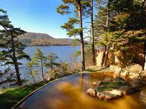 桧原湖を眼下に望む絶景露天温泉(男湯)。言葉では言い表せない程の贅沢。