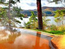 珍しい赤褐色の絶景露天温泉。源泉掛け流しの露天温泉は湖水の青と温泉の赤い湯の取り合わせが美しい。