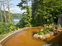 四季折々の景色が楽しめる絶景露天温泉。入浴したその時だけの風景が広がります。