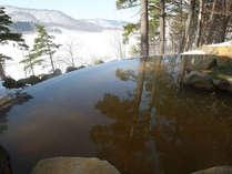 四季折々の景色が楽しめる絶景露天温泉。雪見風呂も格別です。