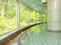 内風呂。広い窓から見える四季折々の景色を眺めながらゆっくりとお寛ぎください。