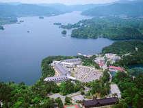 外観/空撮。磐梯山を望む湖畔の高原リゾート。
