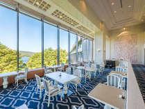 フレンチレストラン「メイプル」。大きな窓からは眼下に桧原湖が広がります。