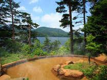 桧原湖を眼下に望む絶景露天風呂。源泉掛け流しの温泉は美容成分を豊富に含む「美肌の湯」。