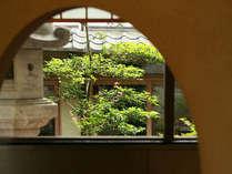 中庭を眺めながら、ゆっくりとお寛ぎください。