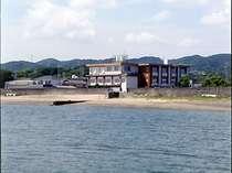 宿の目の前は海。海辺の宿ならではの旅情が漂います。海水浴場も徒歩1分