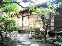 toco.外観。東京では珍しい、庭や縁側のある二階建ての木造日本家屋。