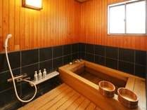 桧風呂付客室にある内風呂(温泉使用)