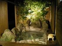 夜の「花水季」露天風呂は木々がライトアップされ、塀を開ければ開放感満点・・・