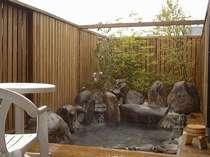 「花水季」の露天風呂/塀は開け閉可能です。