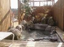 「花水季」木漏れ日露天風呂、塀は開け閉め可能です。