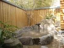 露付きコテージ「柊」の専用露天風呂、木漏れ日時の露天風呂・・・。