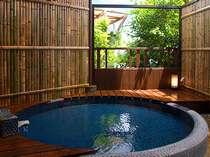 青いタイルのお月様。幻想的な雰囲気の貸切露天風呂「せいげつ」