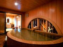 【無料の貸切内風呂(さくら)】半円形の湯舟は、のびのびと身体を伸ばせるゆったりタイプ!人気のお風呂♪