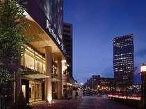 ホテル玄関(写真右側には山形のランドマーク霞城セントラルが見える)