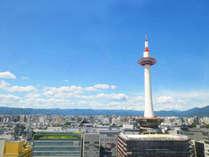 【京都タワー】京都駅前のシンボルマークは当館より徒歩1分!お部屋の窓からも見える距離♪