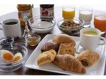 焼き立てパンやフレッシュサラダ、挽きたて珈琲のご朝食