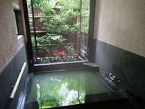全てのお部屋が 100 % かけ流しの天然温泉になっています。開放的な内湯は露天気分を味わえます