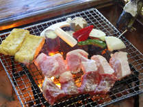 【夕食】囲炉裏炭火焼きコース。炭火焼の香ばしい香りがたまりません。