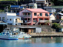 港に佇む早苗旅館!イセエビ色の外観が目印です♪