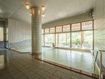 「かわせみの湯」大浴場。大きな窓から山野自然が眺められます。ご滞在中はいつでも入浴可能です。