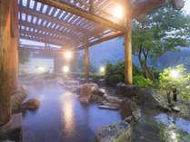「かわせみの湯」露天風呂(夜)。季節の移ろいを湯とともに愉しめます。