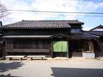 【外観】板張りに黒い瓦に格子戸。昔ながらの佐渡島の古民家です。