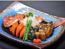 甘辛のタレが絶妙な味わいの滝亭の金目鯛姿。肉厚の身が弾けそう。
