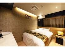 和モダンなおしゃれなお部屋!ワイドダブルの広々ベッドでおくつろぎ下さい。