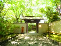 本館「旅亭 田乃倉」と「寛ぎの宿なな川」の玄関