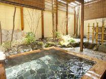 ゆったりと足を伸ばせる広い露天風呂は宿の自慢です。