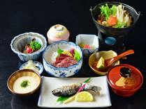 キジ鍋や馬刺しがメインの季節の山里料理になります。