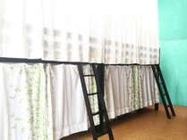 【男・女ミックス ドミトリー】 ベッドにコンセント。二面開口で明るく風が通り抜けます。エアコン無料